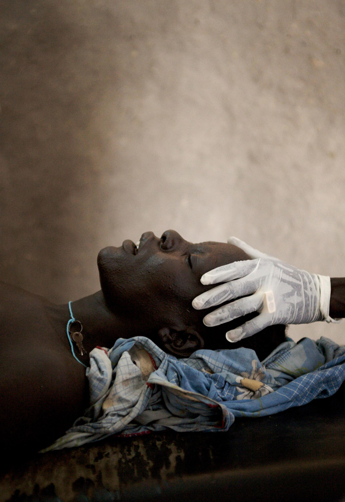 Nuer woman in delivery, South Sudan 2009 Foto: Giles Duley Hon FRPS