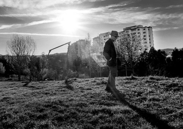 """""""Bătrân pe un câmp la capătul oraşului"""" de Sebastian Vacariuc"""